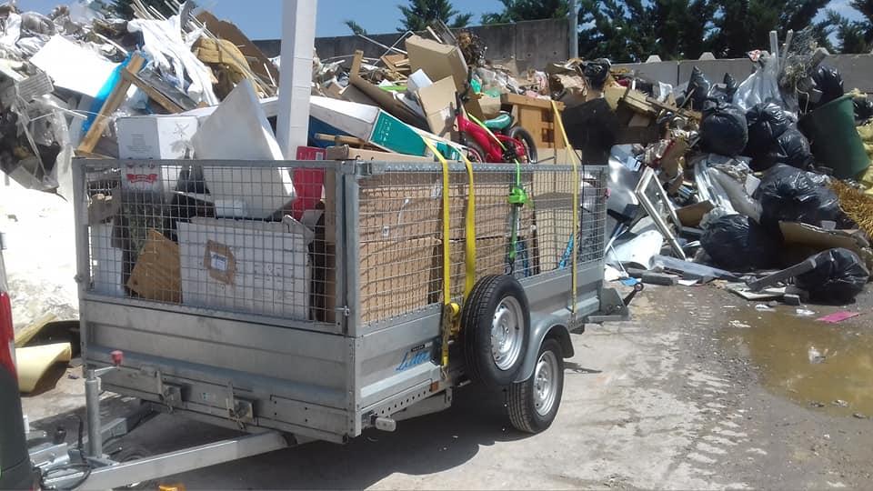remorque de déchets évacués en déchetterie professionnelle
